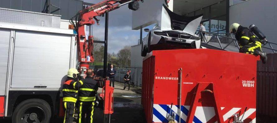 Σε ένα κοντέινερ με νερό μπήκε η ΒMW i8 για να σβήσει η φωτιά της