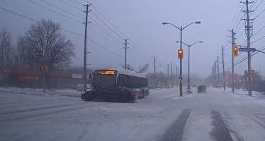 Οδηγός λεωφορείου δεν είδε το κόκκινο φανάρι και εμβόλισε ένα Tesla (video)