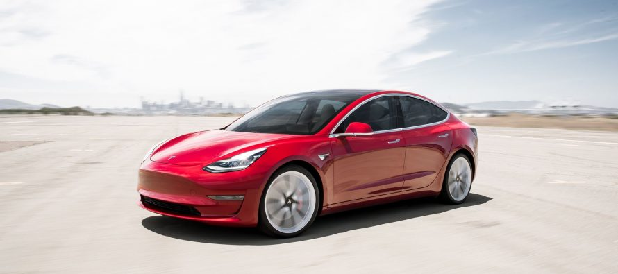 Πού πουλάει σαν ζεστό ψωμί το νέο Tesla Model 3;