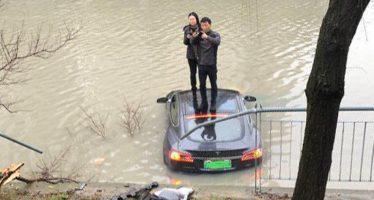 Αυτό το Tesla Model S επιτάχυνε μόνο του και βούτηξε σε λίμνη