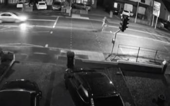 Για να αποφύγει ένα παιδί με ποδήλατο έπεσε πάνω σε πινακίδα (video)
