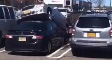 Θέση στάθμευσης στην οροφή ενός Toyota βρήκε αυτή η Mercedes (video)