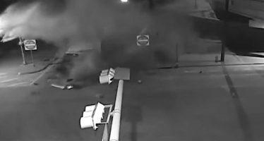 Άσπρη έγινε η άσφαλτος από φορτηγό που μετέφερε γάλα και τράκαρε (video)