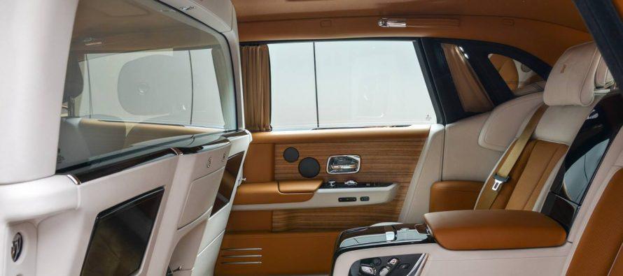Στα πίσω καθίσματα της Rolls-Royce Phantom κάνεις ότι θες χωρίς να σε βλέπουν