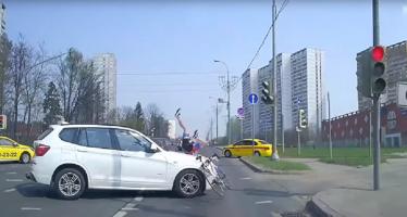 Σύγκρουση ενός ποδηλάτη με μια BMW X3 (video)