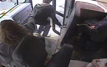 Οδηγός σχολικού λεωφορείου σώζει μαθητή την τελευταία στιγμή (video)