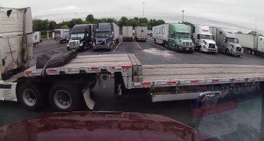 Να γιατί δεν είναι εύκολο να παρκάρεις ένα μεγάλο φορτηγό (video)