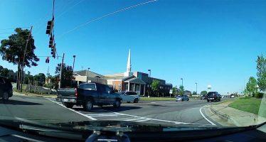 Ντόμινο συγκρούσεων από μεγάλο φορτηγό (video)