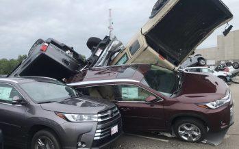 Ανεμοστρόβιλος κατέστρεψε 500 αυτοκίνητα (video)