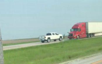 Μπήκε ανάποδα σε αυτοκινητόδρομο και συγκρούστηκε με φορτηγό (video)