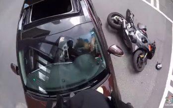 Μοτοσικλετιστής προσγειώθηκε πάνω στο καπό αυτοκινήτου (video)