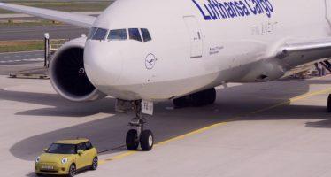 To ηλεκτροκίνητο Mini Cooper ρυμουλκεί αεροσκάφος 150 τόνων (video)