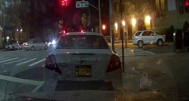 Πέρασε με κόκκινο φανάρι και χτύπησε τρία αυτοκίνητα (video)