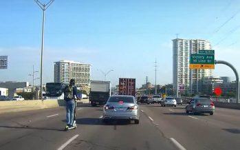 Οδηγούσε ηλεκτρικό πατίνι στην αριστερή λωρίδα αυτοκινητόδρομου (video)