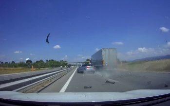 Δείτε ένα Audi A1 να διαλύεται χτυπώντας από πίσω φορτηγό (video)