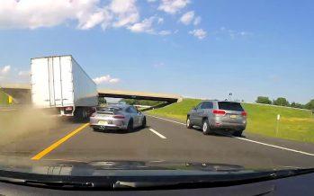 Για λίγα χιλιοστά γλίτωσε αυτή η Porsche 911 GT3 από «τρελό» φορτηγό (video)