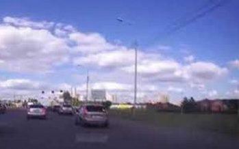 Δείτε πως αντέδρασε οδηγός όταν ανετράπη μπροστά του φορτηγό (video)