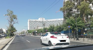 Εντοπίσαμε ένα σπάνιο Renault Wind στο κέντρο της Αθήνας