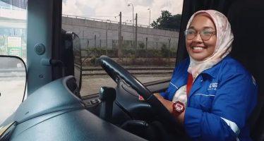 Μια αξιοθαύμαστη γυναίκα που οδηγεί φορτηγό Scania (video)