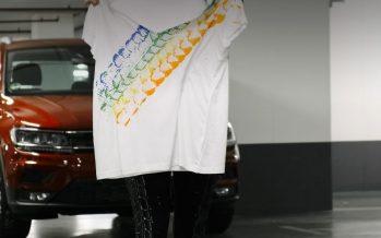 Σχέδια σε μπλούζες από τους τροχούς του Volkswagen Tiguan (video)