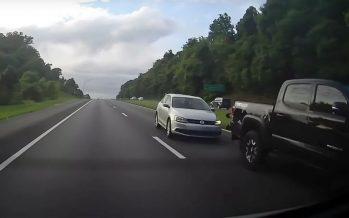 Volkswagen Jetta καρφώθηκε με ταχύτητα πίσω από ένα Toyota Tacoma (video)