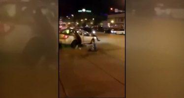 Οδηγός παρέσυρε δυο ανθρώπους ενώπιον αστυνομικών (video)