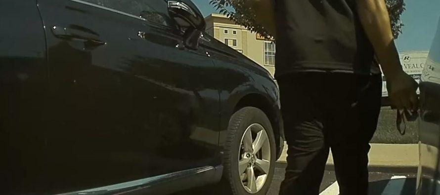Καταγράφηκε να χαρακώνει με κλειδί ένα Tesla Model 3 (video)