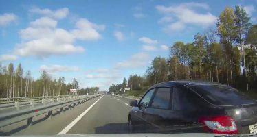 Δυο Lada συγκρούστηκαν και το ένα αναποδογύρισε (video)
