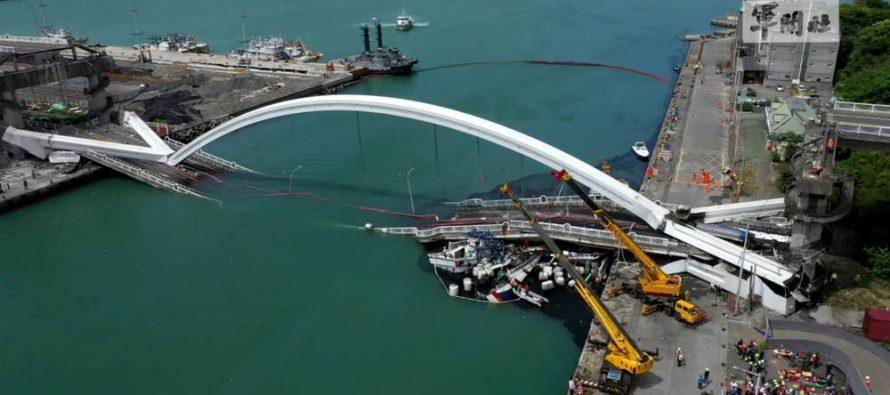 H στιγμή που γέφυρα 140 μέτρων καταρρέει (video)