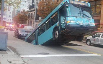 H άσφαλτος υποχώρησε και ένα λεωφορείο σηκώθηκε σούζα (video)
