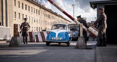 Απόδραση εννέα ατόμων με το μικροσκοπικό BMW Isetta (video)
