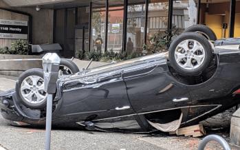 Προσπάθησε να παρκάρει και αναποδογύρισε το αυτοκίνητο (video)