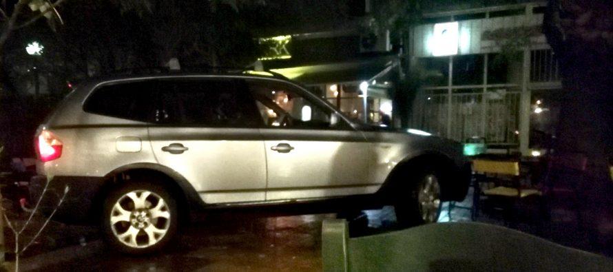 Μια BMW X3 εισέβαλε σε πεζόδρομο στο Κουκάκι
