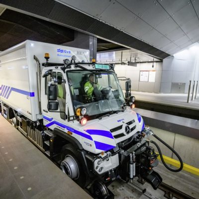Zwei Unimog schleppen 200 Tonnen schweren MetrozugTwo Unimog trucks tow a 200-tonne metro