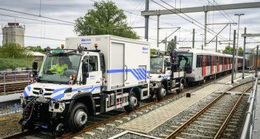 Τα φορτηγά της Mercedes που ρυμουλκούν συρμούς του μετρό