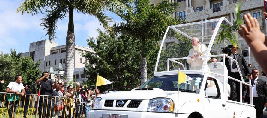 Ο Πάπας Φραγκίσκος εμφανίστηκε με Nissan Navara