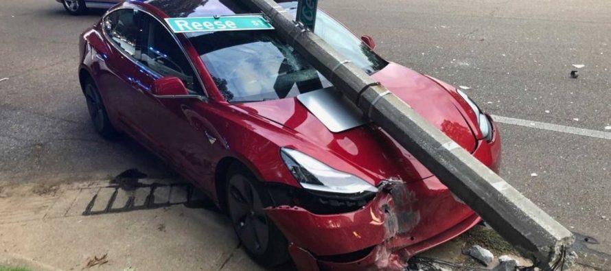 Δείτε τη σύγκρουση ενός Tesla με κολόνα όπως την έζησαν οι επιβάτες (video)