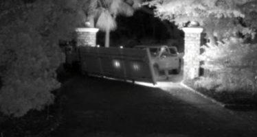 Ντελιβεράς γκρέμισε εξώπορτα (video)