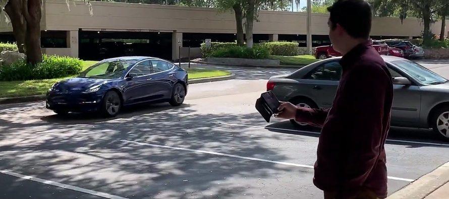 Λες έλα να πάρεις στο Tesla και έρχεται! (video)