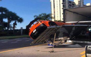 Παραλίγο να πέσει από το φορτηγό μια Chevrolet Corvette ZR1