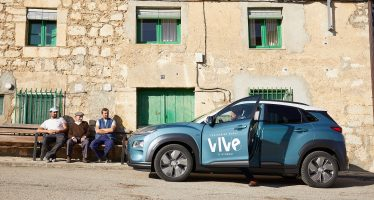 Οι κάτοικοι ενός χωριού οδηγούν δωρεάν το Hyundai Kona Electric (video)