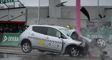 Δείτε σε slow motion Nissan Leaf να πέφτει σε κολόνα με 84 χλμ./ώρα (video)