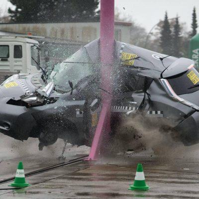Nissan-Leaf-in-Dekra-side-pole-crash-test-at-75-kph-1