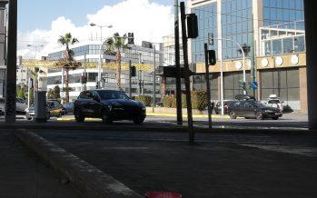 Πάρκαρε την Porsche Cayenne πάνω σε διάζωμα της Λεωφόρου Κηφισού