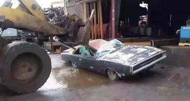 Κατέστρεψε ένα συλλεκτικό Dodge Charger επειδή δεν το πουλούσε στην τιμή που ήθελε (video)