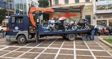 Ο γερανός της Τροχαίας σήκωσε παράνομα σταθμευμένες μοτοσυκλέτες (video)