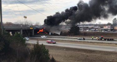 Νταλίκα έπεσε από γέφυρα και πήρε φωτιά (video)