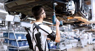 Δείτε τι φοράνε οι εργαζόμενοι της Audi για να δουλεύουν πιο ξεκούραστα