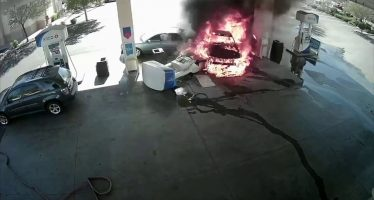 Μεθυσμένος οδηγός τράκαρε σε βενζινάδικο και προκάλεσε πυρκαγιά (video)