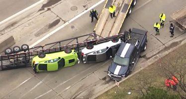 Ντελαπάρισε τρέιλερ που μετέφερε δυο πανάκριβα Ford Mustang (video)